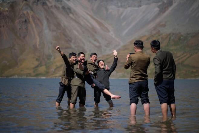 북한 학생들이 지난 11일 백두산 천지에서 기념촬영을 하고 있다. [AFP=연합뉴스]