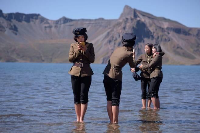 북한 여학생들이 지난 11일 백두산 천지에서 기념촬영을 하고 있다.[AFP=연합뉴스]