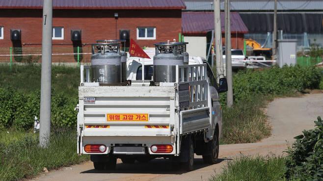 아프리카돼지열병이 발생한 연천군의 한 양돈 농가 돼지들 살처분을 위한 가스차량 (사진=연합뉴스)