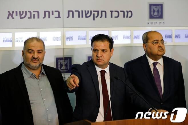 이번 이스라엘 총선에서 제3당이 된 아랍계 정당연합 '공동명단'의 아이만 오데 대표가 22일(현지시간) 기자회견에서 베니 간츠 전 육군참모총장이자 청백당 대표를 총리 후보로 추천하겠다고 밝혔다. © AFP=뉴스1