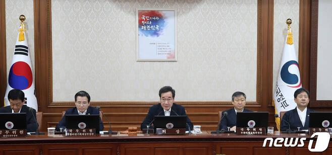 이낙연 총리가 국무회의에서 모두발언을 하고 있다. 구윤성 기자
