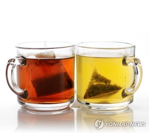 티백으로 우려낸 홍차와 녹차 [연합뉴스 자료사진]