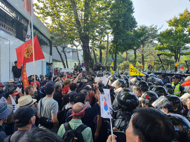 3일 오후 청와대 앞 사랑채에서 범보수 시위대가 경찰과 대치중이다. 시위대 중 일부는 각목을 휘두르면서 경찰 저지라인을 뚫으려다 35명이 경찰에 연행되기도 했다. [사진=김민지 기자]