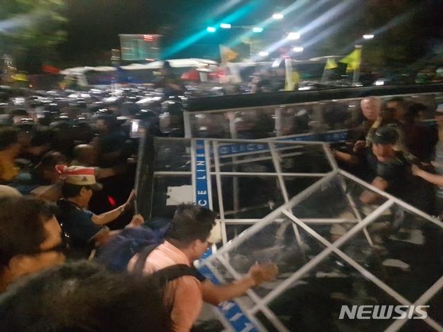 【서울=뉴시스】류인선 수습기자 =  '문재인하야범국민투쟁본부(투쟁본부)' 소속 회원들이 3일 오후 7시께부터 청와대 사랑채 인근에서 청와대 진입을 시도하며 경찰과 몸싸움을 벌이고 있다.