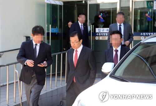 법정 나서는 이현재 의원 [연합뉴스 자료사진]