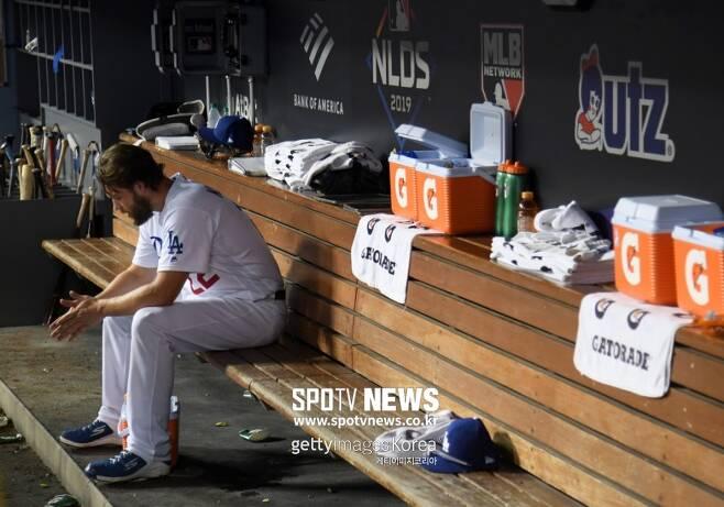 ▲ 클레이튼 커쇼가 10일(한국시간) 미국 캘리포니아주 LA 다저스타디움에서 열린 NLDS 5차전 8회초 백투백 홈런을 맞고 강판당한 후 더아웃에서 고개를 숙이고 있다.
