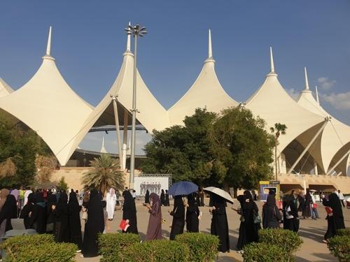 (리야드=연합뉴스) 이은정 기자 = 아바야를 입은 팬들이 지난 10일(현지시간) 사우디아라비아 리야드의 킹 파드 인터내셔널 스타디움 광장에 마련된 굿즈 부스에서 방탄소년단 상품을 사려고 줄을 서고 있다.