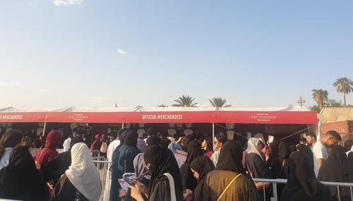 (리야드=연합뉴스) 이은정 기자 = 지난 10일(현지시간) 방탄소년단 공연이 열리는 사우디아라비아 리야드의 킹파드 인터내셔널 스타디움에 마련된 굿즈 부스.