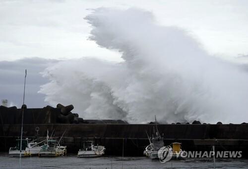일본 항구 방파제 때리는 '하기비스' 파도 (키호 AP=연합뉴스) 강력한 태풍 '하기비스'가 접근 중인 11일 일본 미에현 키호 항에서 큰 파도가 방파제를 강타하며 솟구치고 있다. bulls@yna.co.kr