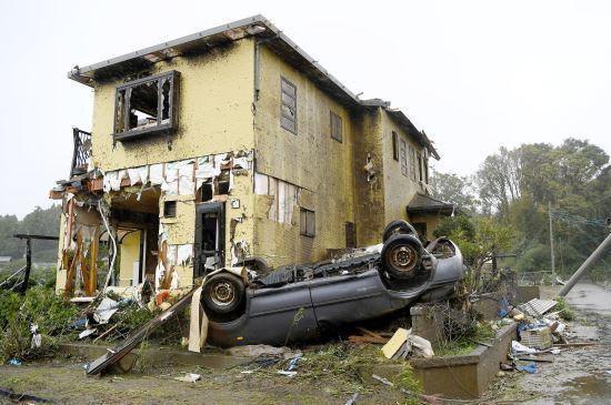 12일 제19호 태풍 하비기스가 일본에 접근하고 있는 가운데 일본 시즈오카(靜岡)현 이치하라(市原)시에서 돌풍에 의해 차량이 넘어져 있다. 그 뒤로는 파손된 주택도 보인다. 사진=교도연합뉴스