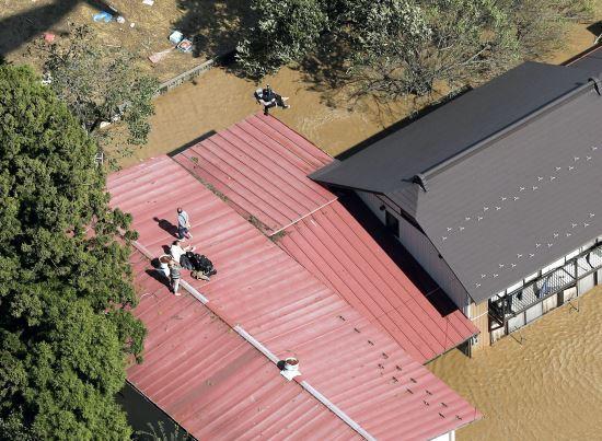 13일 태풍 '하기비스'가 몰고온 폭우 속에 침수된 일본 미야기현 마루모리에서 헬기가 출동해 지붕 위로 대피한 주민들을 구조하고 있다. 하기비스가 전날 저녁 일본 열도에 상륙, 폭우를 쏟아내며 이날 오전 11시30분 현재 10명이 사망하고 16명이 행방불명된 것으로 전해졌다. 사진=AP연합뉴스