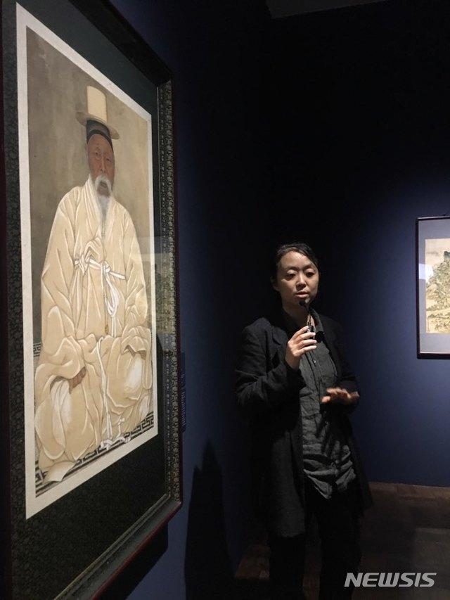 【서울=뉴시스】박현주 미술전문기자= 16일 오후 김인혜 국립현대미술관 학예연구사가 덕수궁관에 펼친 '광장'전에 대해 설명하고 있다. 이응노 군중 작품을 시작으로 하는 전시는 일제 강점기 한국인의 정체성을 지키려한 의로움의 미술인들을 집중 조명했다.