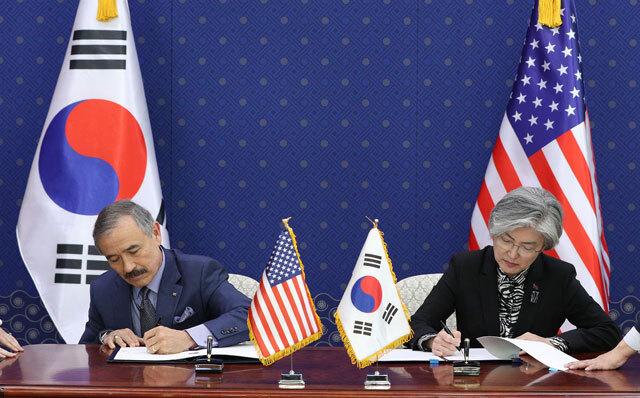 강경화 외교부 장관(오른쪽)-해리 해리스 주한미국대사, 제10차 방위비분담금 특별협정문 서명(올해 3월 8일)
