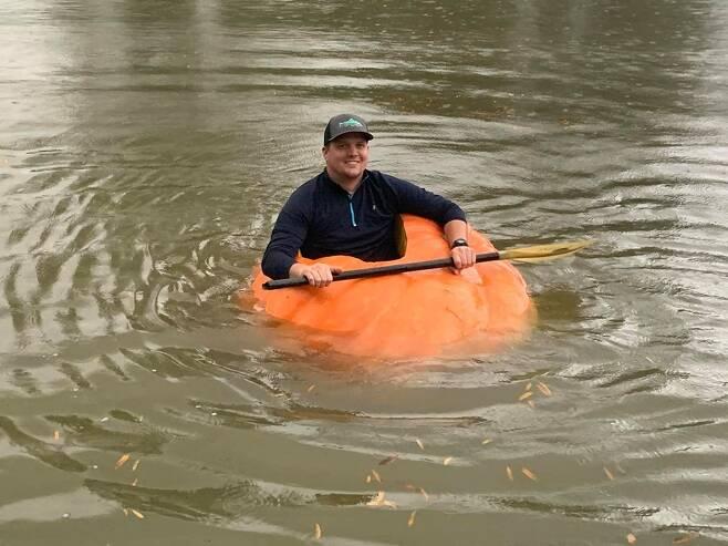 미국 테네시주 클리브랜드에 거주하는 농부 저스틴 오운비가 21일(현지시간) 자신이 만든 '호박 보트'에 탑승해 있다. 이 보트는 400㎏가 넘는 거대 호박으로 제작됐다. (출처 = 크리스틴 오운비 페이스북) © 뉴스1