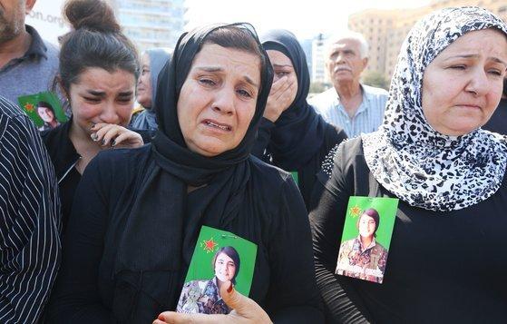 지난 13일(현지시간) 레바논에 거주하는 쿠르드 여성들이 터키 용병의 손에 잔혹하게 살해당한 칼라프의 사진을 들고 터키의 군사작전을 비난하는 시위에 참석하고 있다. [로이터=연합뉴스]