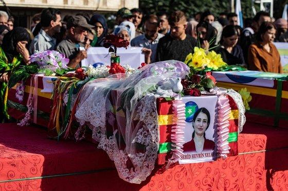 지난 13일(현지시간) 시리아 북부 쿠르드 거주지역 데릭에서 터키 용병의 손에 무참하게 살해당한 정치인 칼라프의 장례식이 엄수됐다. 칼라프의 관이 꽃과 비둘기 등으로 장식돼 있는 모습. [AFP=연합뉴스]