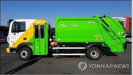 운전석 뒤편에 노동자 탑승하는 '한국형 청소차' [연합뉴스 자료사진]
