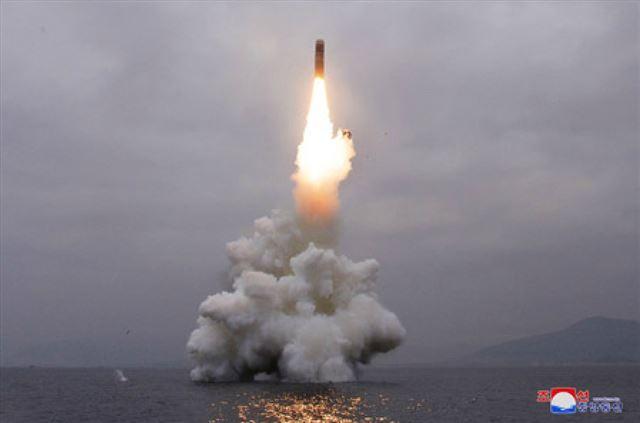 북한이 지난 2일 신형 잠수함발사탄도미사일(SLBM) '북극성-3형'을 성공적으로 시험발사했다고 조선중앙통신이 3일 보도했다. 사진은 중앙통신 홈페이지에 공개된 북극성-3형 발사 모습. 연합뉴스 자료사진.