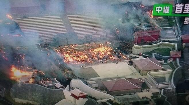 31일 화재로 전소된 슈리성 정전이 흔적만이 남았다. [트위터]