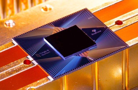 구글이 양자 우위 실험을 위해 개발한 시카모어 프로세서. 구글은 이 칩을 통해 양자 컴퓨터가 기존의 컴퓨터의 연산 능력을 뛰어넘는다는 의미의 '양자 우위'를 달성했다고 밝혔다. [사진 구글]