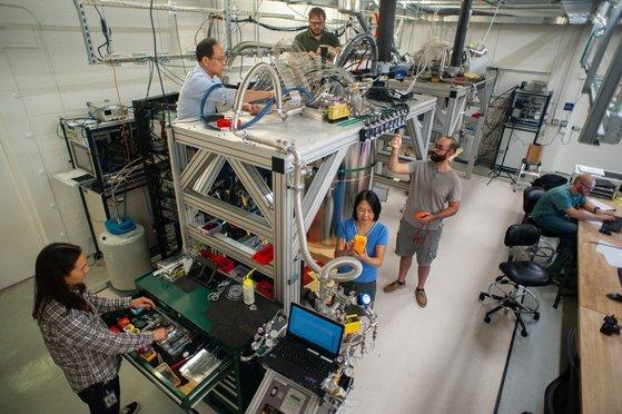구글 인공지능(AI) 퀀텀팀이 저온유지장치 앞에서 근무하고 있는 모습. [사진 구글]
