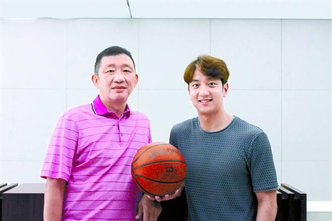 허재(왼쪽) 전 국가대표팀 감독과 그의 차남 허훈. 박린 기자