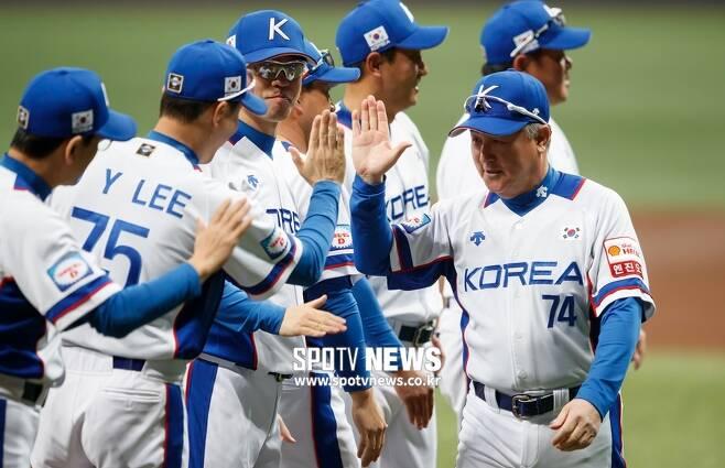 ▲ 김경문 감독이 이끄는 한국 야구대표팀이 C조 1위로 슈퍼라운드 진출을 확정했다. 한국은 일본에서 도쿄올림픽 진출권을 놓고 최후의 싸움을 벌이게 됐다. ⓒ고척, 한희재 기자