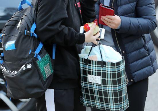 14일 오전 고사장이 마련된 부산 연제구 이사벨여자고등학교에서 한 학부모가 수험생이게 도시락을 전달하고 있다. 연합뉴스