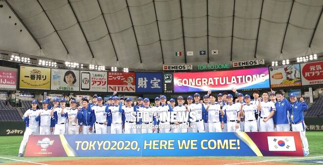 ▲ 한국 선수단이 15일 일본 도쿄돔에서 열린 '2019 WBSC 프리미어12' 슈퍼라운드 멕시코전에서 승리하면서 2020년 도쿄올림픽 출전권을 따낸 뒤 기념 촬영하고 있다. ⓒ도쿄(일본), 곽혜미 기자
