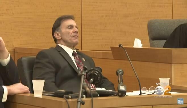 증거 위조 혐의로 재판장에 나온 전직 뉴욕경찰 형사 루이스 스카셀라. 그가 수사했던 살인 50여건에서 피의자 15명이가 혐의가 없는 것으로 밝혀졌다. /사진=CBS뉴욕 유튜브 캡쳐