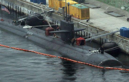 미 해군의 원자력 추진 잠수함 오클라호마시티호(SSN Oklahoma City)가 지난 7월 28일 부산 해군기지에 정박해 있다. 25일 부산에 입항한 이 잠수함은 배수량 6천900t, 길이 360ft(약 110m) 로스앤젤레스급 핵잠수함으로 140명 승조원이 탑승한다. 로스앤젤레스급 핵잠수함은 사거리가 3천100km인 토마호크 순항미사일과 사거리 130km 하푼 대함미사일 등을 탑재한다. <사진은 기사 내용과 무관함>
