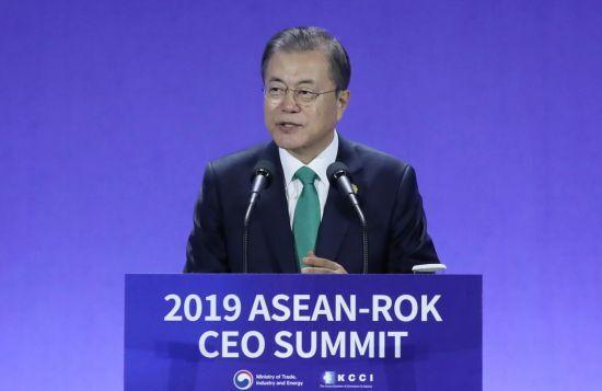 문재인 대통령이 25일 부산 벡스코 2전시장에서 열린 2019 한-아세안 특별 정상회의 'CEO 서밋(Summit)' 행사에서 기조 연설을 하고 있다.