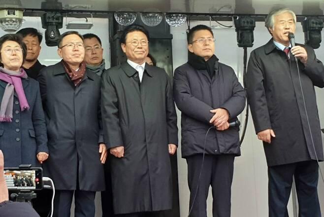 왼쪽부터 자유한국당 이은재·김명연·정태옥·이만희·박맹우·전희경 의원, 황교안 대표, 전광훈 한기총 회장(사진=연합뉴스 제공)