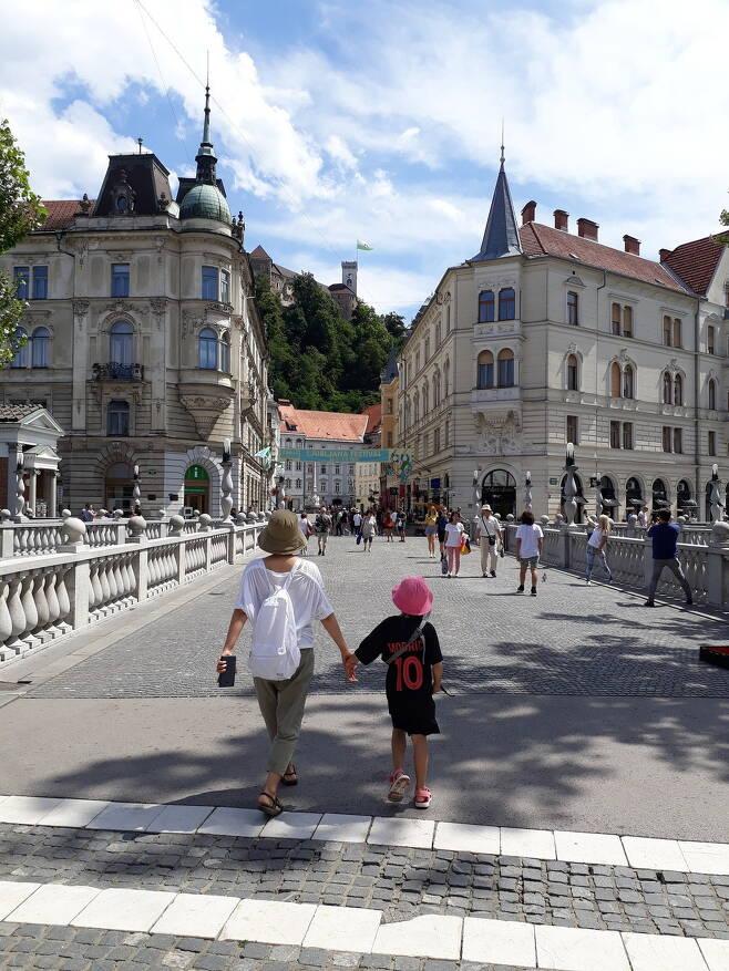 지난해 7월7일 슬로베니아 류블랴나 삼중교에서 김상오씨의 부인과 딸이 손을 잡고 걸어가고 있다. 사진 김상오 제공