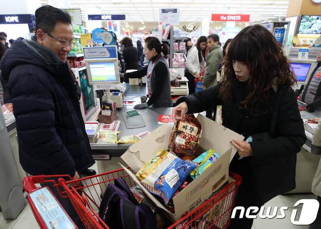 서울 시내 대형마트에서 장바구니를 준비하지 못한 시민들이 구매한 물품을 종이상자에 담고 있다. 2019.1.1/뉴스1