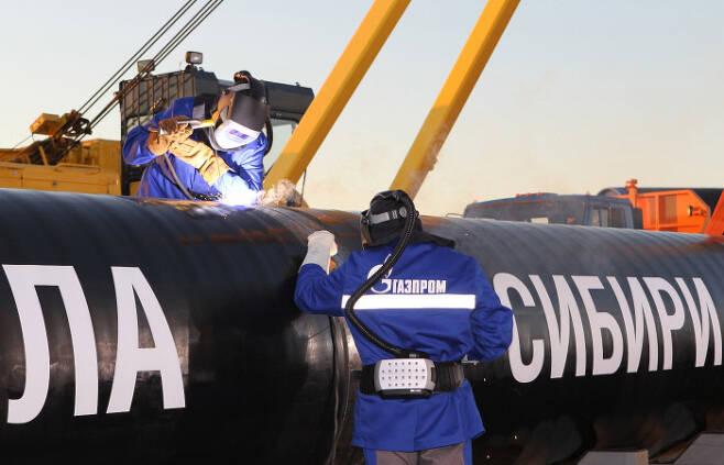 '시베리아의 힘' 가스관을 연결하고 있는 가스프롬 엔지니어들.가스프롬