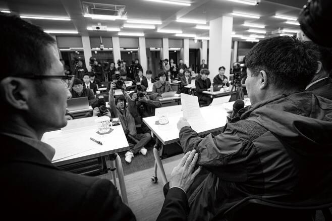 ⓒ시사IN 신선영소아마비 장애인이고 부모가 없는 윤 아무개씨는 살인사건 범인으로 누명을 썼다. 위는 11월13일 윤씨가 기자회견에서 소감문을 낭독하는 모습.