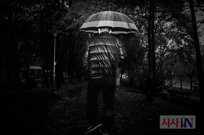 ⓒ시사IN 신선영윤씨는 소아마비로 왼쪽다리를 절면서 걷는다. 30년 전 경찰은 이런 그가 피살자 집 담을 훌쩍 넘었다고 주장했다.