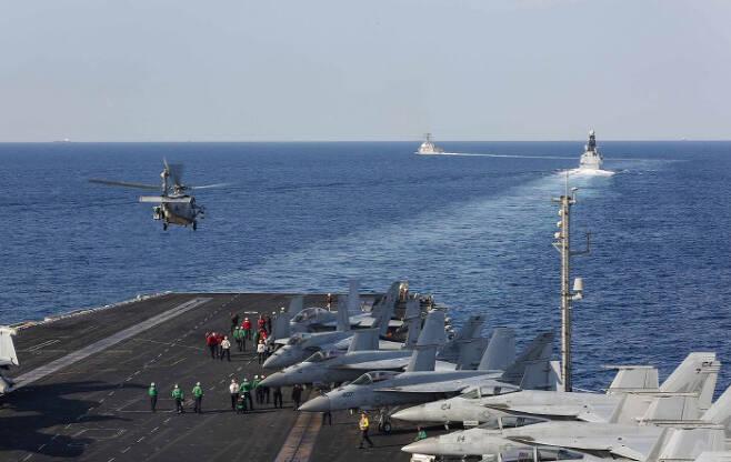이란 부근 호르무즈해협에 배치된 미군 항모 에이브러햄링컨호 선상에서 11월 19일 전투기들이 훈련을 하고 있다. 미 해군 USNI뉴스