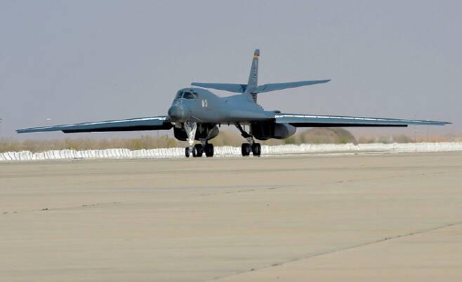 미군 B1-B 랜서 전략폭격기가 10월 25일 사우디아라비아의 프린스술탄공군기지에 착륙하고 있다. 미 공군·스타스앤드스트라이프스