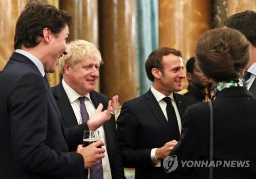 버킹엄궁에 모인 영국ㆍ프랑스ㆍ캐나다 정상 (런던 AFP=연합뉴스) 쥐스탱 트뤼도 캐나다 총리(왼쪽)과 보리스 존슨 영국 총리(왼쪽에서 2번째)와 에마뉘엘 마크롱 프랑스 대통령(가운데), 영국 앤 공주(오른쪽)가 3일(현지시간) 버킹엄궁에서 열린 환영리셉션에 참석해 담소를 나누고 있다. jsmoon@yna.co.kr
