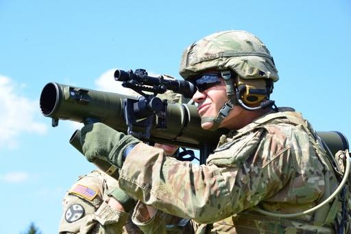 미 육군 병사가 M3 칼 구스타프 무반동포로 전방을 조준하고 있다. 미 육군 제공