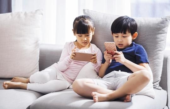 고사리 같은 손에 스마트폰이 들린 것은 집뿐만 아니라 식당에서도 쉽게 볼 수 있는 장면이다. 아이들은 영상을 주로 본다. 한국인이 2018~2019년 스마트폰에서 가장 많이 사용한 앱은 영상 서비스인 유튜브. 폭발적인 인기에 부모들의 걱정도 함께 커졌다. 게티이미지뱅크