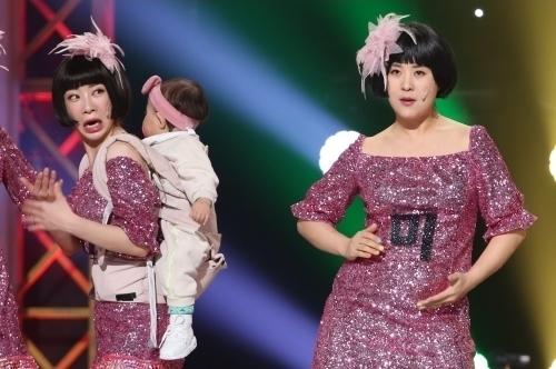 강유미(오른쪽)가 배를 쓰다듬으며 내뱉은 폭탄 선언(?)에 안소미가 놀라고 있다. 강유미의 발언 내용은 14일 방송되는 KBS '개그콘서트'에서 공개된다.