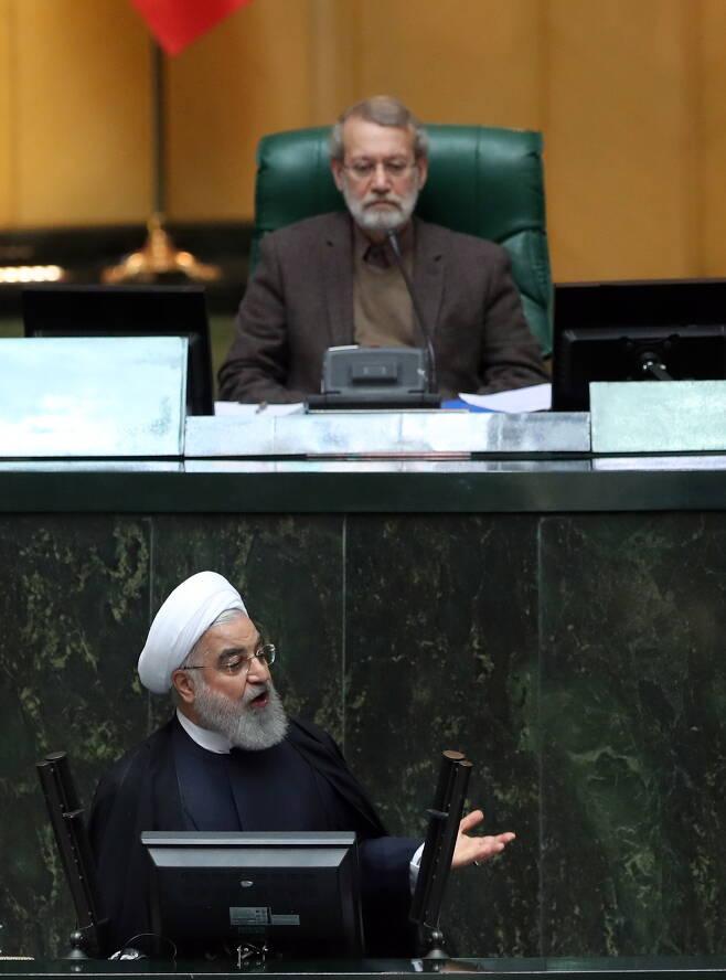 하산 로하니(아래) 이란 대통령이 지난 8일(현지 시각) 이란 테헤란 의회에서 '2020년도 예산안'에 대해 설명하고 있다. 알리 라리자니(위) 이란 국회의장이 이를 심각한 표정으로 듣고 있다.  /EPA 연합뉴스