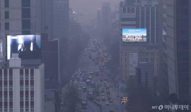 23일 오전 서울시교육청에서 바라본 도심이 뿌옇게 보이고 있다. / 사진=김휘선 기자 hwijpg@