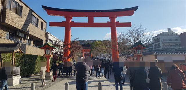 최근 일본 교토의 유명 관광지인 후시미이나리 신사로 한국인을 포함한 관광객들이 줄지어 들어가고 있다. 독자 제공
