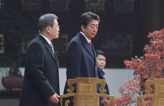 문재인 대통령(왼쪽)과 아베 신조 일본 총리가 24일(현지시간) 중국 쓰촨성 청두 두보초당에서 열린 한중일 협력 20주년 기념 제막식에 입장하고 있다. [청와대사진기자단]