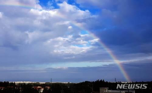 아침 최저기온이 20.5도를 기록하는 등 포근한 날씨를 보인 7일 오전 제주시 노형동에서 바라 본 하늘에 일곱빛깔 무지개가 떠올라 눈길을 사로잡고 있다. 뉴시스