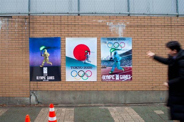 반크가 주한일본대사관 공사현장 벽에 붙인 패러디 포스터. 성화봉송 주자가 방독면을 쓰고 뛰고 있다. 반크 제공